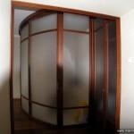 Радиусная перегородка и складная дверь из стекла.