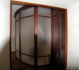 """фото p0r-133      """"Конструкция из стеклянной раздвижной радиусной перегородки и шкафа-купе. Часть пространства комнаты выделена под кухню."""""""