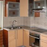 кухня с витражными фасадами.