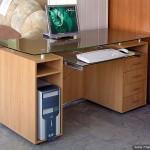 Офисный стол со стеклянной столешницей.