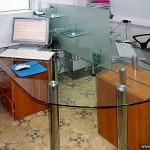 Стеклянный офисный стол.