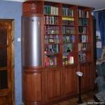 Книжный шкаф из натурального дерева.