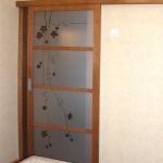 Дверь стеклянная раздвижная. Верхний подвес. Декор - фьюзинг.