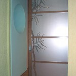 Дверь раздвижная из декорированного стекла.