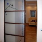 Дверь откатная из матового стекла с рисунком.