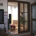 Двери раздвижные в деревянном обрамлении.