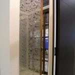 Откатная гнутая стеклянная дверь. Стекло - бронзовое с пескоструйным рисунком.