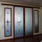 Двери раздвижные и витражи в классическом стиле.