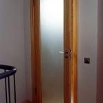 Дверь распашная из матового стекла.