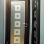 Дверь из матового стекла с рисунком.