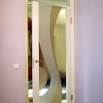 Дверь из декорированного стекла фьюзинга в деревянном обрамлении.