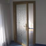 Дверь из декорированного стекла с элементами фьюзинга в деревянном обрамлении.