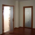 Стеклянная дверь с пленочным рисунком.