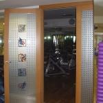 Дверь стекланная с фьюзингом для спорткомплекса.