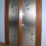 Дверь двустворчатая распашная с декорированным стеклом (плёнки и элементы фьюзинга).