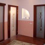 Двери из стела в деревянном обрамлении.