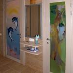 Двери в ванную комнаты из триплексного стекла. Украшение - батик ручной работы.