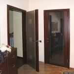 Двери из стекла с обрамлением по двум сторонам.