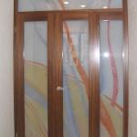 Двери с фрамугой из декорированного триплекса (батик внутри стекла).