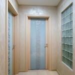 Дверь стеклянная с рисунком, обрамление по двум сторонам.