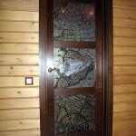 Дверь распашная с вставками из стекла с фотопечатью.