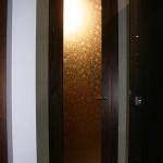 Дверь радиусная распашная из бронзового стекла с рисунком.