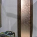 Распашная гнутая стеклянная дверь. Стекло - бронзовое с пескоструйным рисунком.