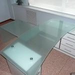 Стол для руководителя из стекла.