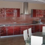 Кухонный гарнитур и стеклянный фартук.