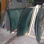 Гнутое стекло для выставочного оборудования.