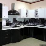 Фартук для кухни из стекла с черно-белым рисунком.