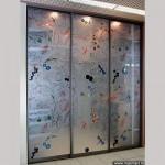 Шкаф-купе с декорированными зеркалами.
