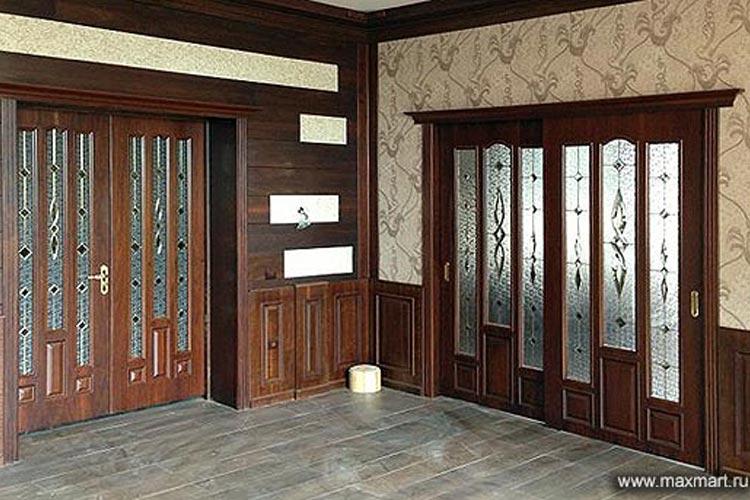Классические межкомнатные двери с витражными вставками.