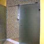Стеклянные двери для нестандартных душевых кабин.