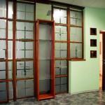 Перегородка офисная из стекла с полками и откатной дверью.