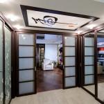 Перегородка, шкафы-купе и потолочный витраж в японском стиле.
