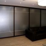 Раздвижная перегородка из матового стекла для зонирования пространства квартиры.