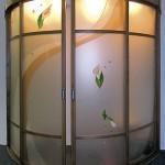 Стеклянная радиусная перегородка с украшениями из фьюзинга.
