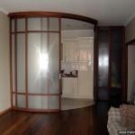 Радиусная стеклянная перегородка и складная дверь из стекла.