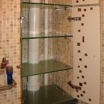 Встроенный стеклянный шкаф для туалетной комнаты.