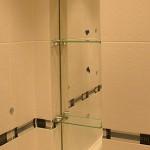 Зеркала и стеклянные полочки для ванных комнат.