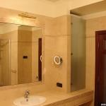 Большое зеркало для туалетной комнаты.