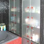 Встроенные стеклянные шкафы для туалетной комнаты.