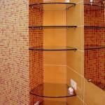 Стеклянные полочки нестандартной формы для ванной комнаты.