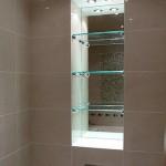 Стеклянные полочки и зеркало в нишу для ванной комнаты.