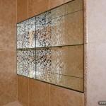Стеклянные полочки и зеркало с рисунком для ванной комнаты.