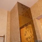 Короб, скрывающий трубы в ванной комнате с красивыми стеклянными дверцами.