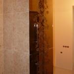 Декорированные стеклянные двери для встроенных шкафов ванной комнаты.