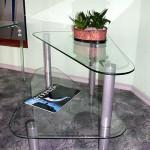 Журнальный столик из стекла оригинальной формы.