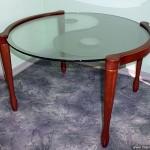 Круглый журнальный столик со стеклянной столешницей.